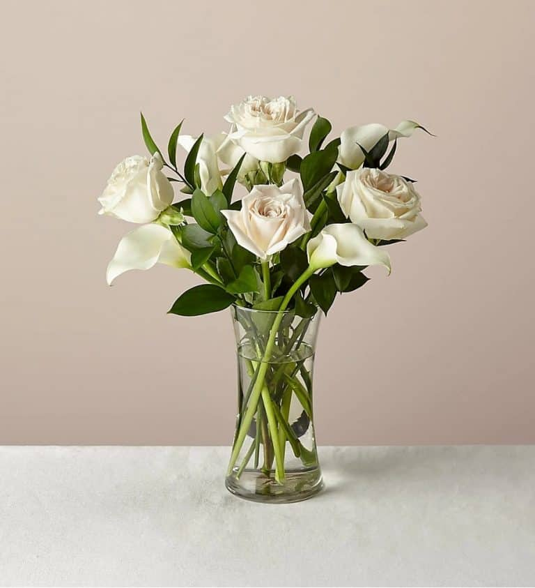 a bouquet of calla lilies in vase
