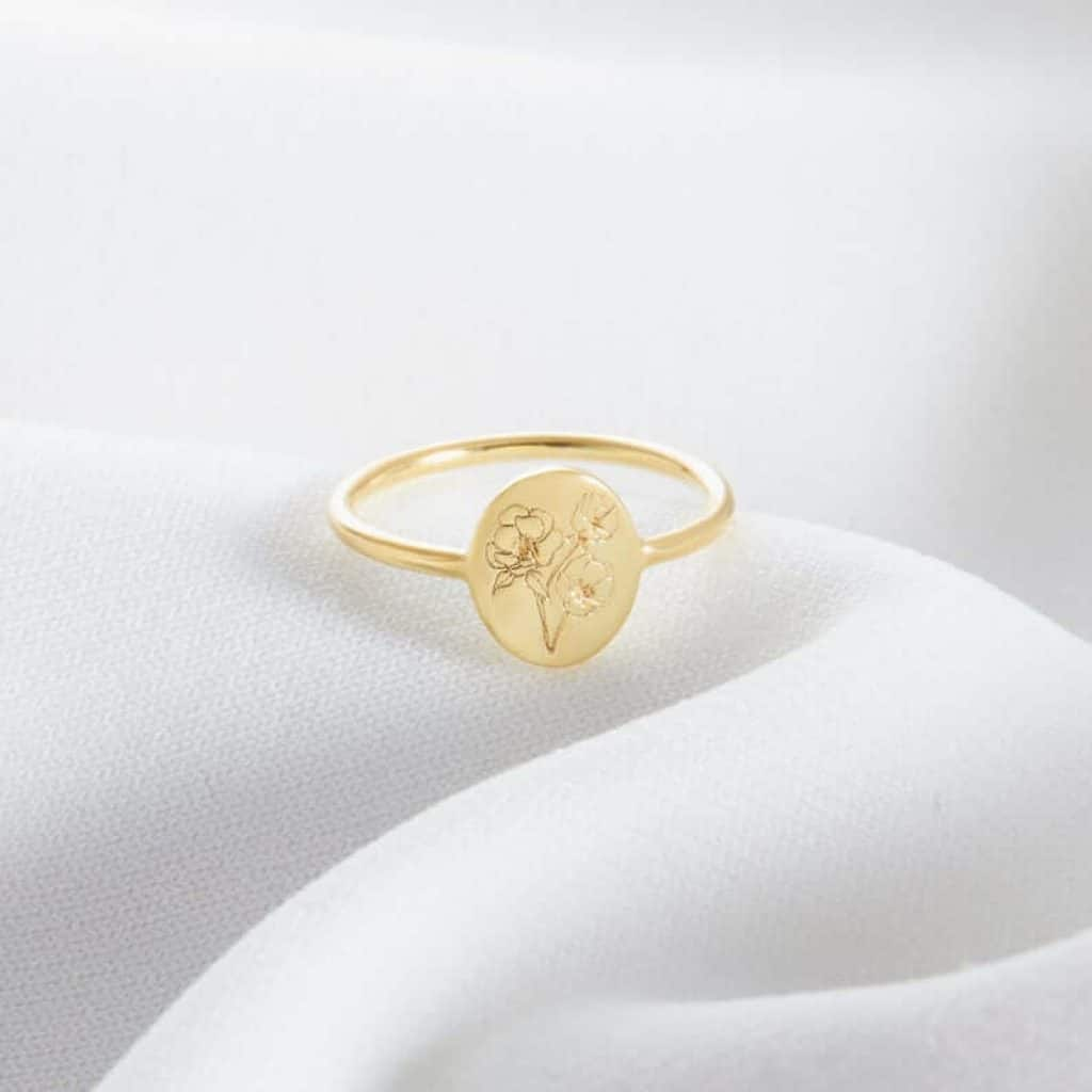 custom gifts for mom: personalized birth flower ring