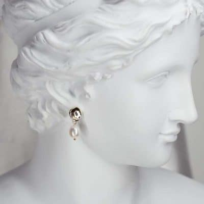 anniversary gifts for women: pearl earrings