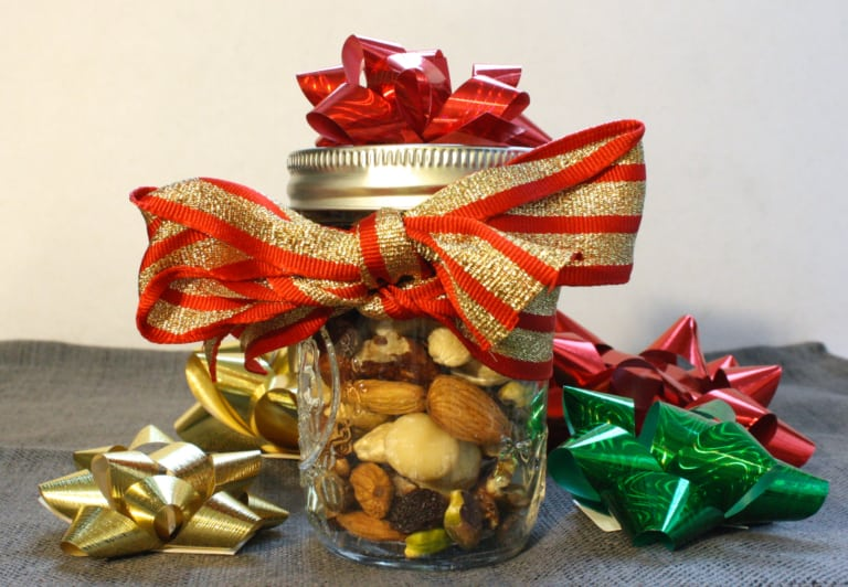 simple and last minute diy fathers day gift idea: trail mix jar